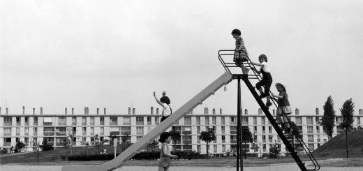 Enfants jouant sur un toboggan à Sarcelles par Henri Salesse, mai 1951